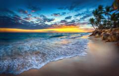 Tropikalna wyspa o zachodzie słońca